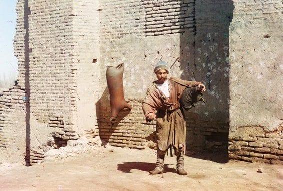 Un porteur d'eau à Samarkand (Ouzbékistan actuel)
