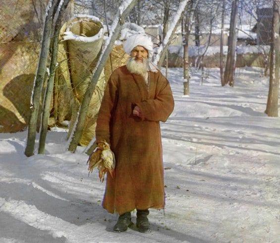 Un homme âgé dans la rigueur hivernale.