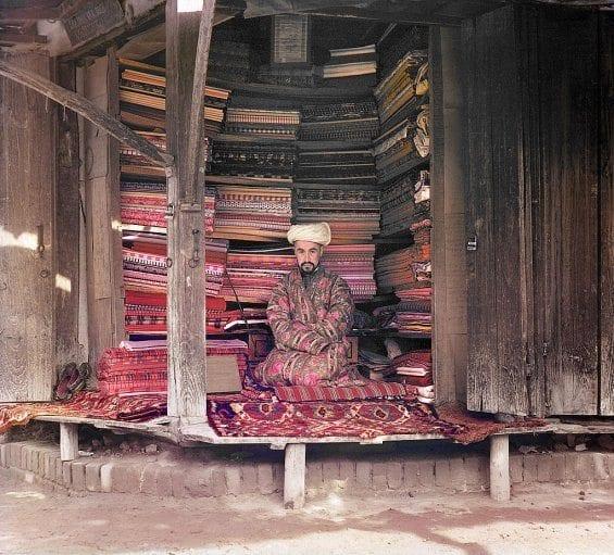 Un marchand de tissus à Samarkand (Ouzbékistan actuel)