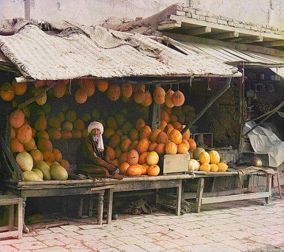 Un vendeur de fruits dans son étal au marché