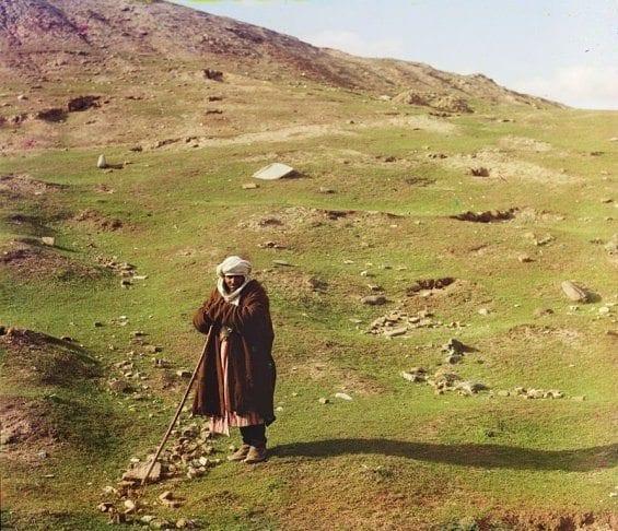 Un berger près d'une colline du Samarkand (Ouzbékistan actuel)