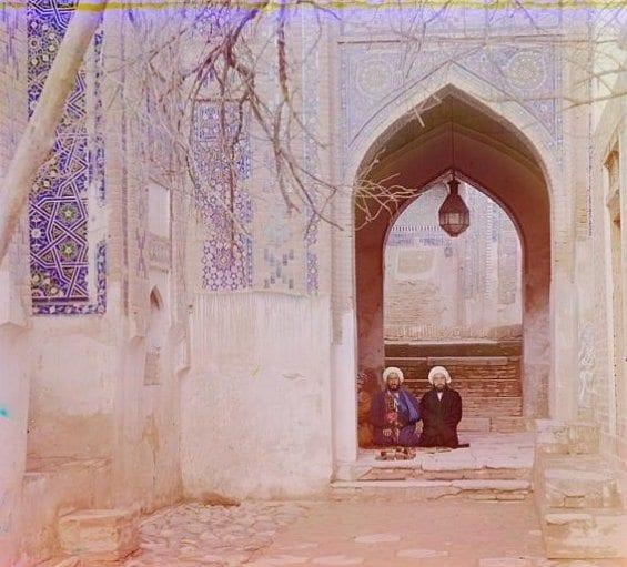 Deux hommes assis dans une mosquée de Samarkand (Ouzbékistan actuel)