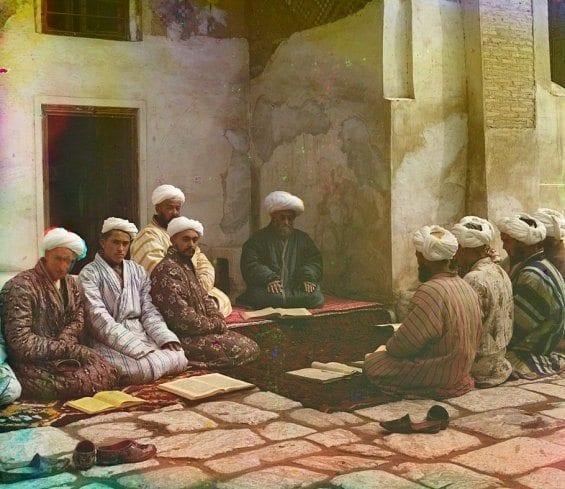 Des élèves avec leur professeur dans une médersa (école religieuse) à Samarkand (Ouzbékistan actuel)