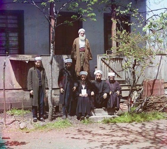 Des élèves à l'extérieur de leur médersa à Samarkand (Ouzbékistan actuel)