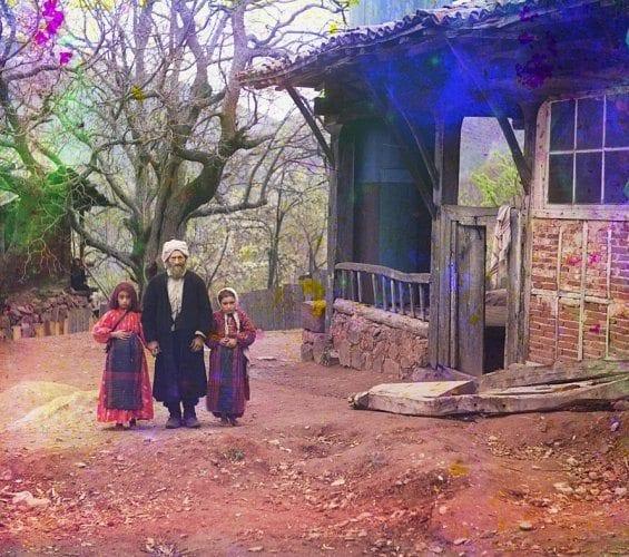 Un professeur de religion avec ses deux filles