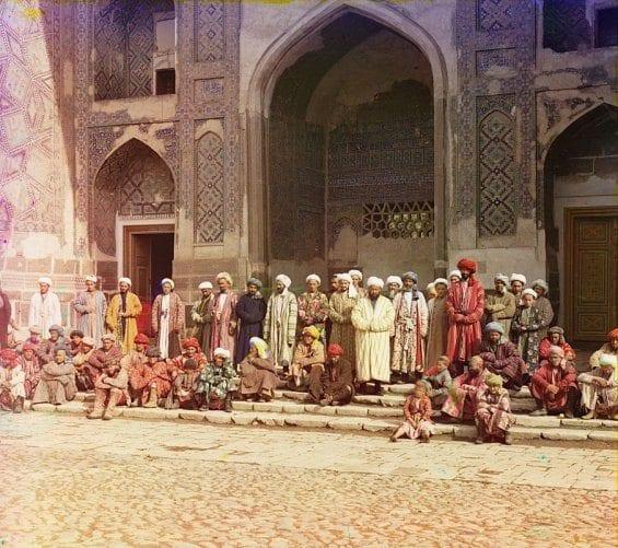 Des fidèles devant une mosquée de Samarkand