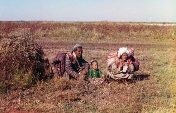 Des nomades Kirghiz sur la Steppe Golodnaia (actuels Ouzbékistan et Kazakhstan).