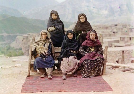 Un groupe de femmes en costume traditionnel du Daghestan.