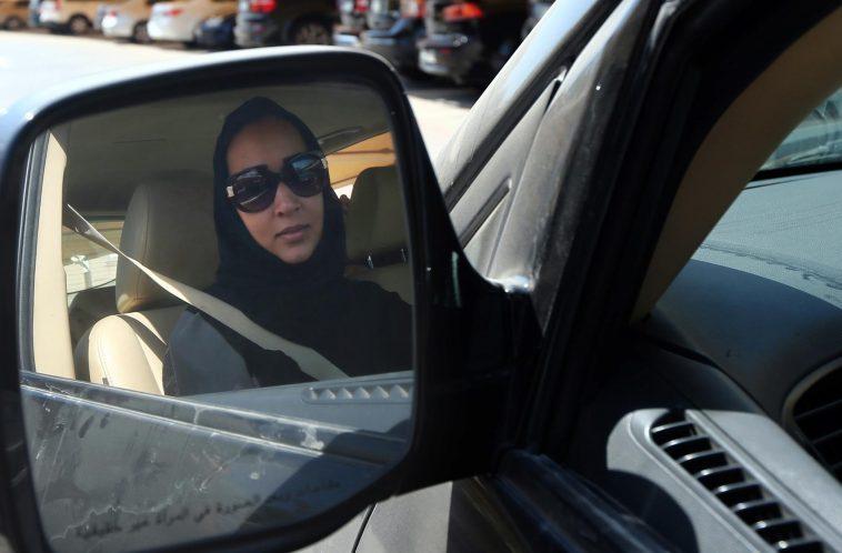 un saoudien met le feu la voiture de sa femme pour l emp cher de conduire. Black Bedroom Furniture Sets. Home Design Ideas